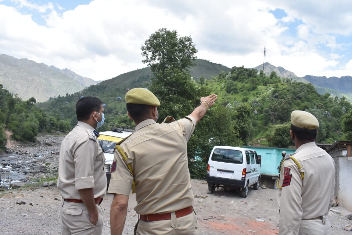 SSP POONCH INSPECTS RED ZONE AREA ,APPEALS PEOPLE TO OBSERVE COMPLETE LOCK DOWN.