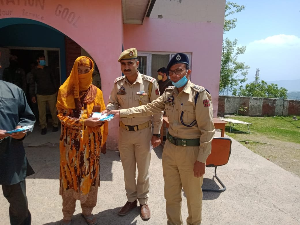 POLICE MARTYRS REMEMBERED, CASH GIFTS AND MASKS DISTRIBUTED AMONG FAMILY MEMBERS ON EVE OF EID-UL-FITR BY GOOL POLICE