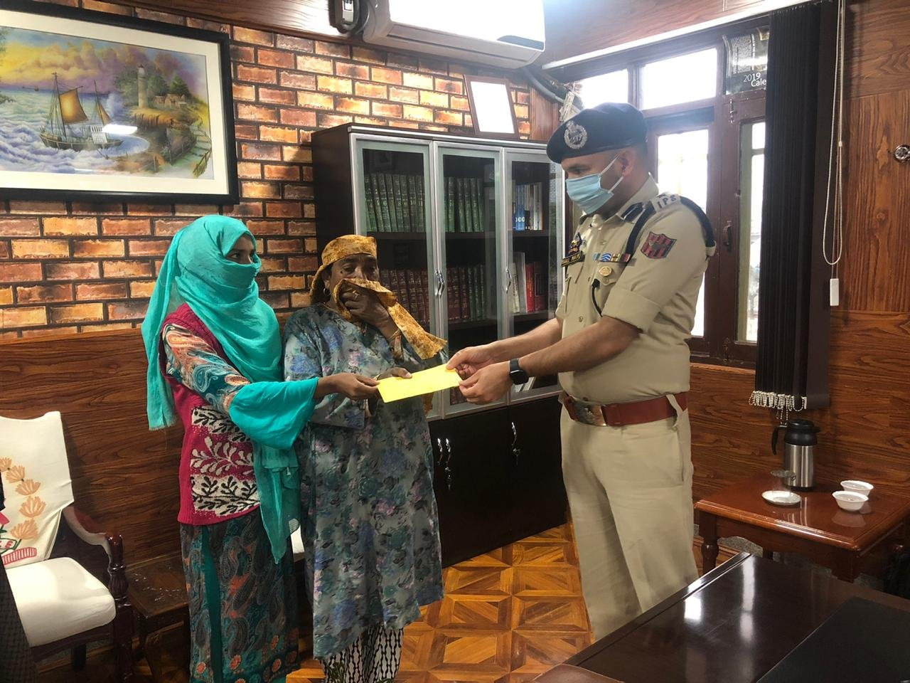 Bandipora police provides cash relief to fire victim of Gamroo village